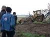 Dennis,Mona och Kenny kollar på när traktorn jobbar vidare. 060919
