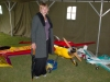 Mona brevid en stor konstflygningsmaskin.