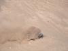 Knappt man ser Monas bil pga paddeldäcken som kastar sand.