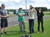 Dennis, Kenny och Jonas får kika genom FPV-glasögonen, som visar bild från Andreas flygplan.