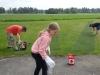 Jonas ska borra hål, Nina har fått rita vart hål ska vara och Daniel donar med staketet.