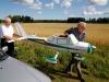 Ove hjälper Reidar med att bära fram sin stora Cessna.